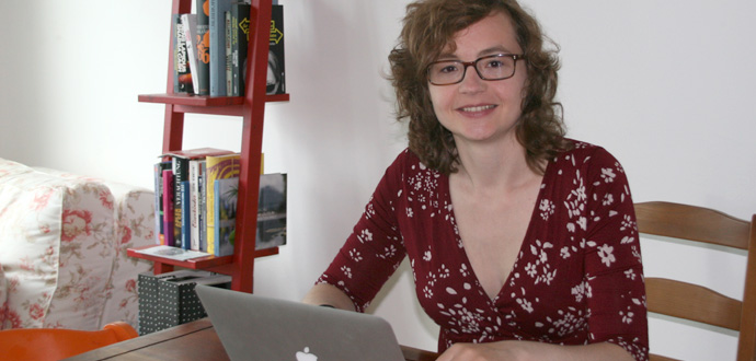 Nina Schattkowsky Social Media Manager bei der Arbeit