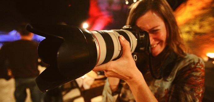 Katja Harbi bei der Arbeit als Fotografin