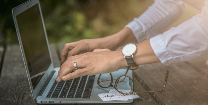 Heldinnen-Geschichte-schreiben-am-Laptop