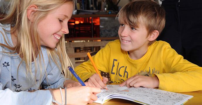 Britta-Schmidt-von-Groelings-zwei-Kinder-beim-Malen