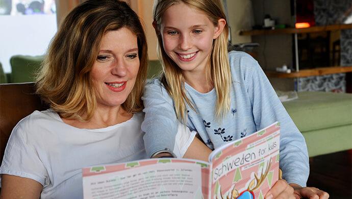 Britta-Schmidt-von-Groeling-liest-ein-Reisebuch-mit-ihrer-Tochter