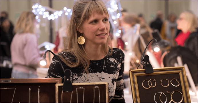 Anna Suno verkauft Schmuck auf einer Messe