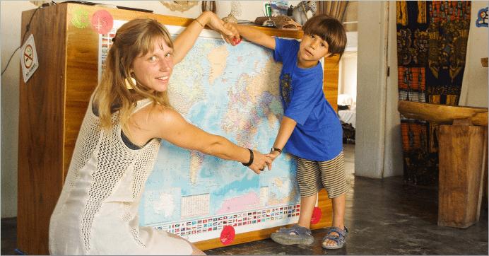 Anna Suno und ihr Sohn vor einer Weltkarte