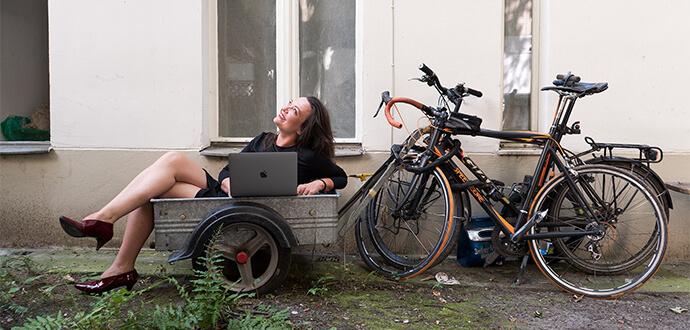 Magdalena Balkowski mit Laptop auf einer Bank