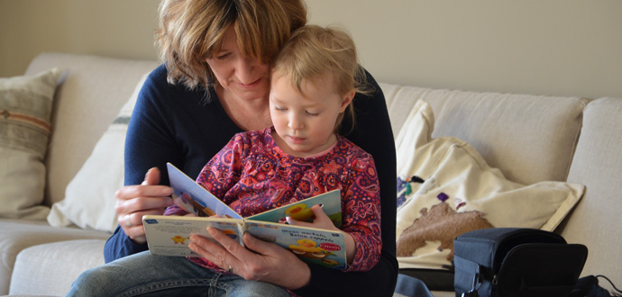 MomPreneurs Angela Schmidt liest ihrer Tochter etwas vor