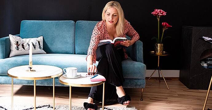 MomPreneur Mareen Eichinger beim Kaffeetrinken und Lesen