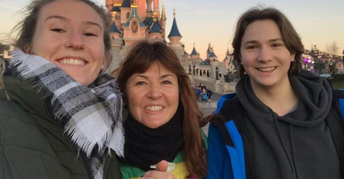 Isa Zoeller mit ihren Kindern in Disneyland