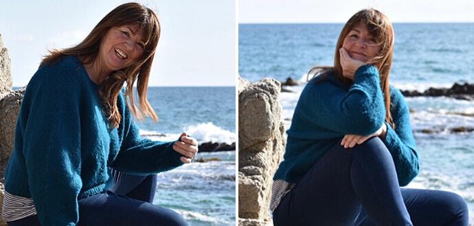 Isa Zoeller sitzt am Meer
