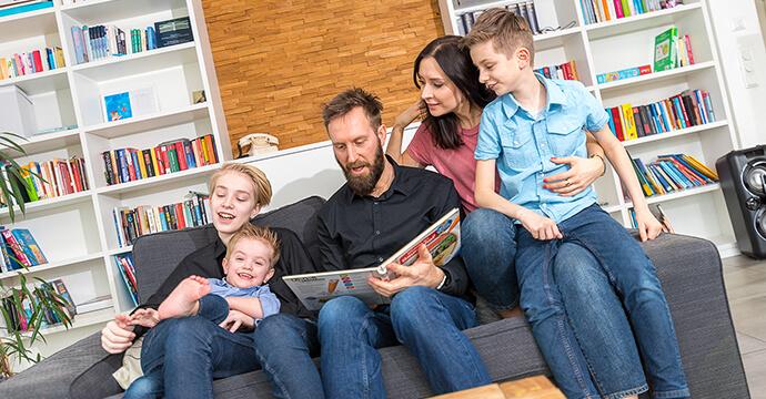 Patricia Stenert und ihre Familie lesen ein Buch