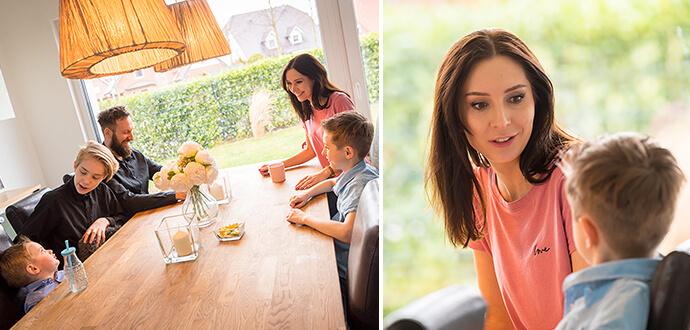 Patricia Stenert am Esstisch mit ihrer Familie