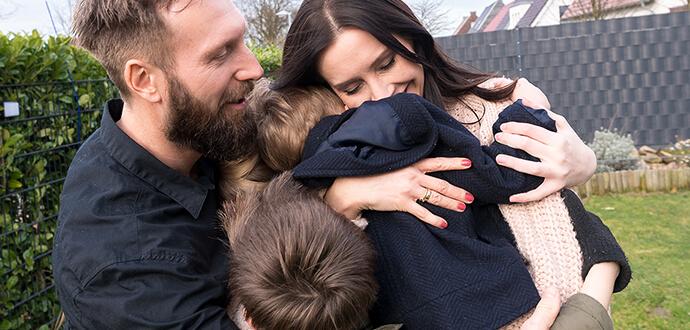 Patricia Stenert umarmt ihre Familie