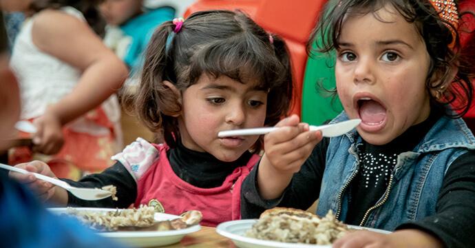 MomPreneurs Portrait Jacqueline Flory Fluechtlingskinder beim Essen