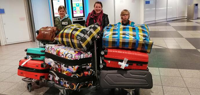 MomPreneurs Jacqueline Flory und ihre Kinder am Flughafen auf dem Weg zur Zeltschule